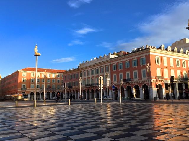 La Place Massena à Nice et ses arcades commerçantes