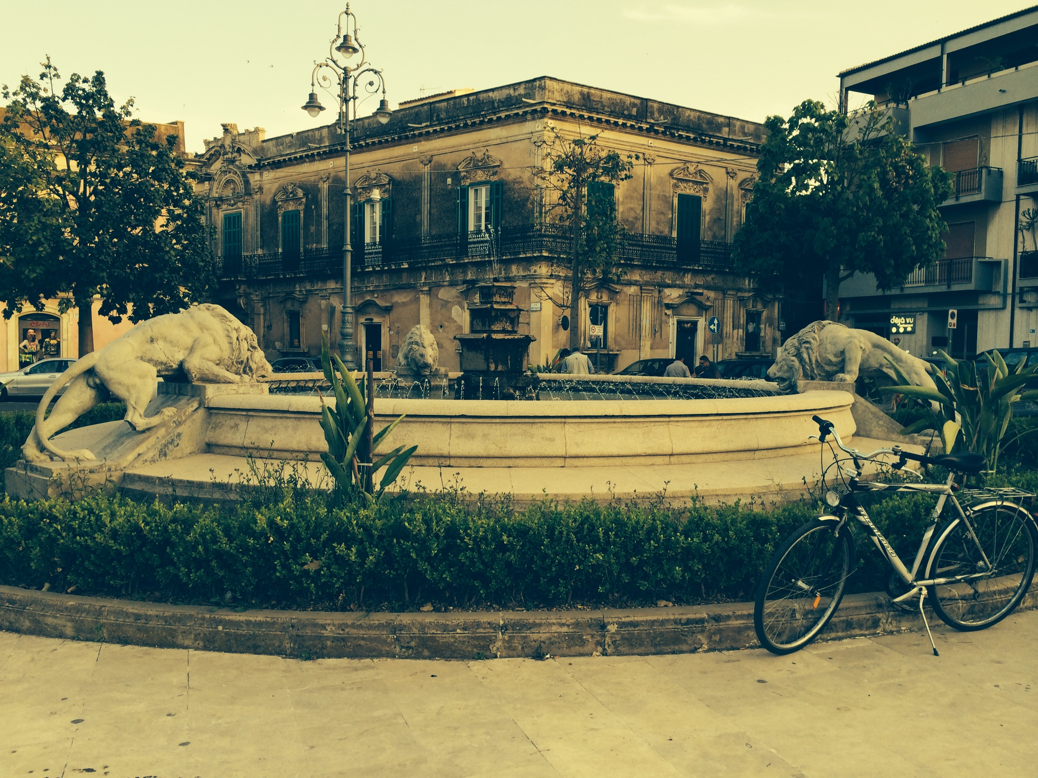 Piazza Tre Leoni, Avola, Siracusa. A 50 metri dall'Esagono Monello Affittacamere Casa Vacanze.