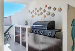 Gas grill with counter space