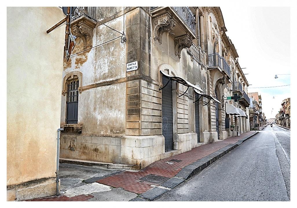 Corso Vittorio Emanuele, angolo Cortile Rametta, Avola, Siracusa. A 20 metri dall'Esagono Monello Affittacamere Casa Vacanze.